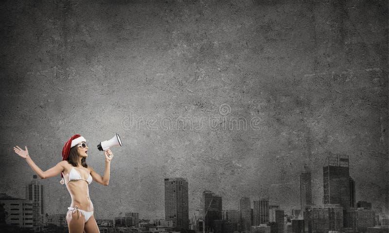 Femme de Santa criant par le mégaphone photographie stock libre de droits