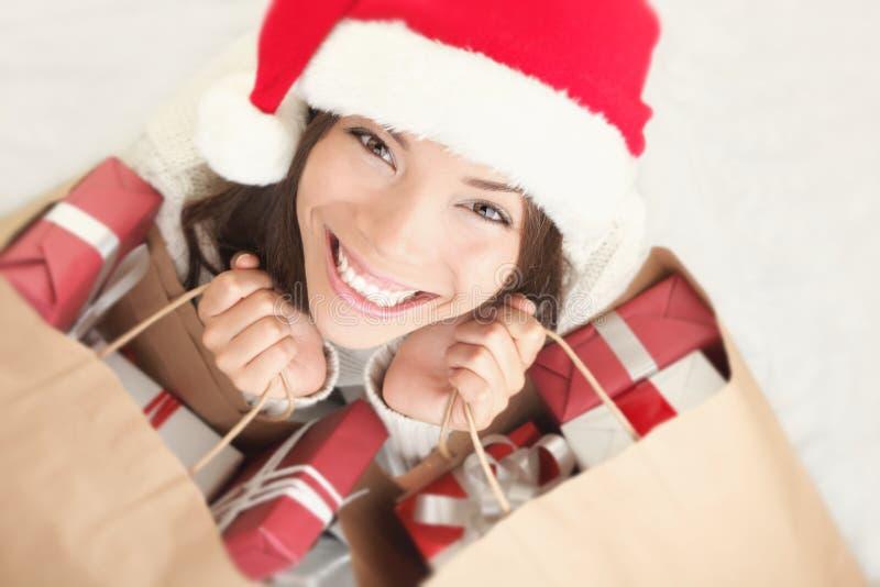 Femme de Santa d'achats de Noël avec le sac de cadeau image libre de droits