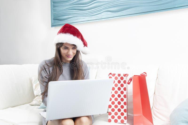 Femme de Santa faisant des achats en ligne photos libres de droits
