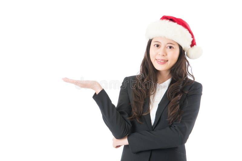 Femme de Santa présent le produit avec le chapeau de Noël image libre de droits