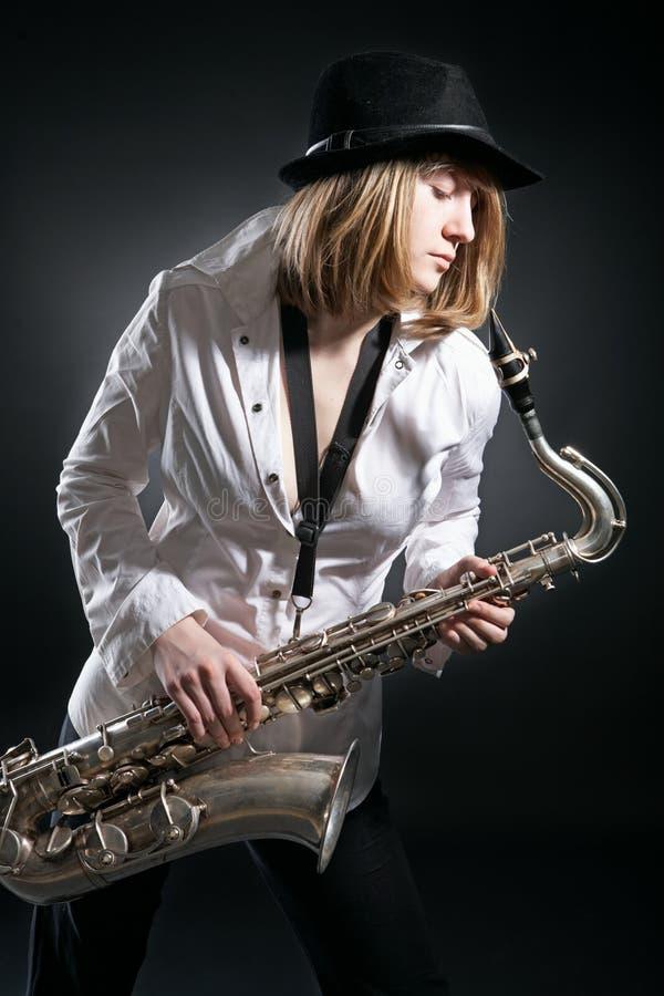 femme de saxophone de pièce images stock