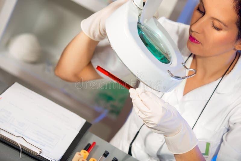 Femme de scientifique travaillant au laboratoire photos libres de droits