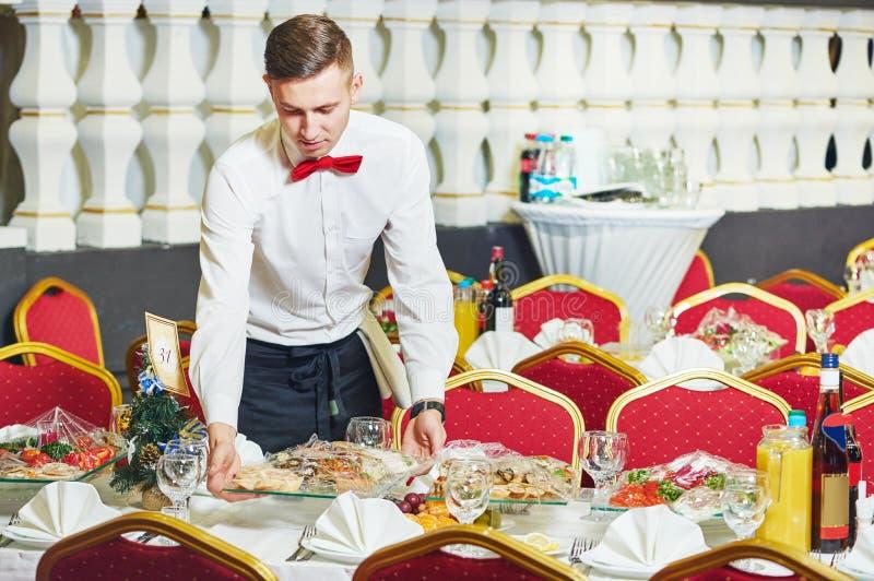 Femme de serveuse dans le restaurant photographie stock libre de droits