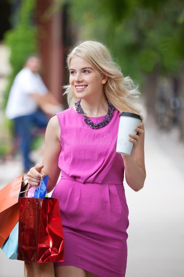 Femme de Shopaholic avec la tasse de café jetable images stock