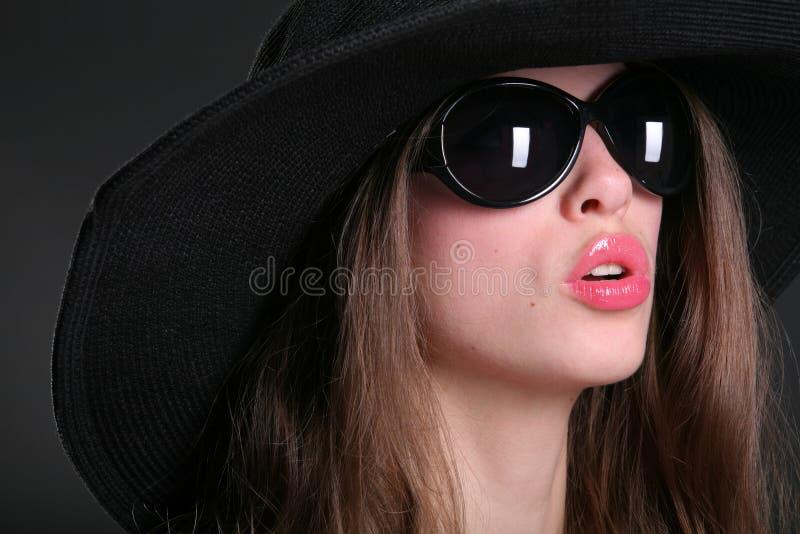 Femme de signe dans le noir photos stock