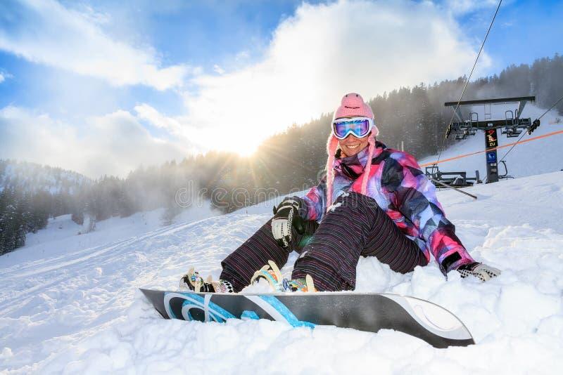 Femme de snowboarding de soleil images libres de droits