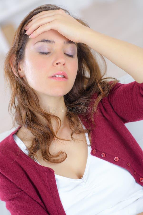 femme de souffrance de mal de tête photo stock