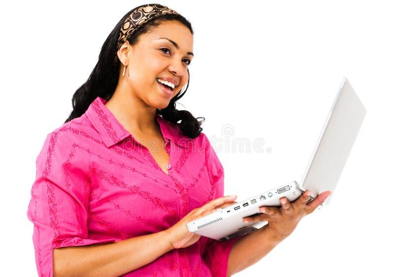 Femme de sourire à l'aide d'un ordinateur portatif photos stock