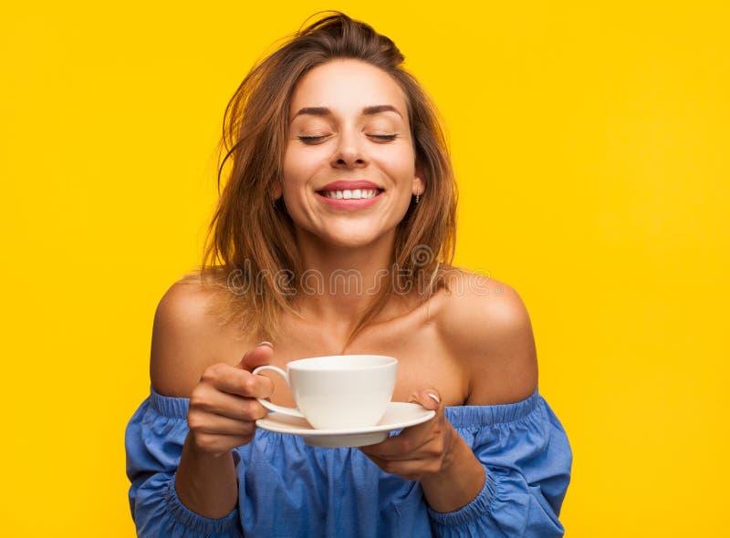 Femme de sourire appréciant le café image libre de droits