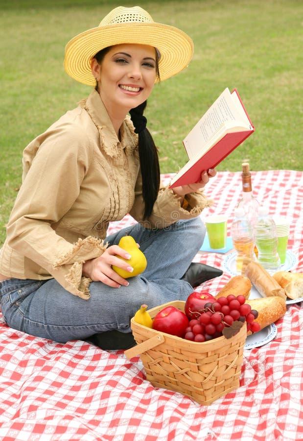 Femme de sourire appréciant le pique-nique d'été photo stock