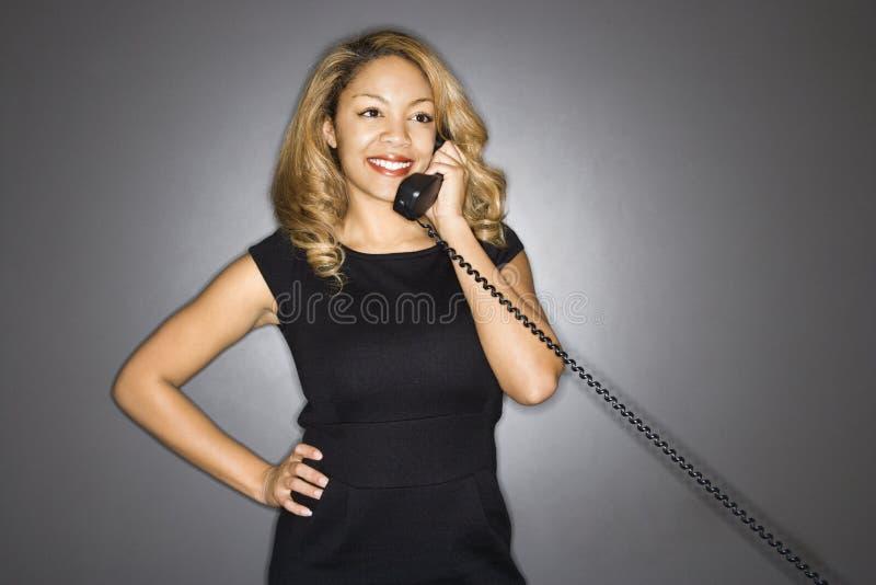 Femme de sourire au téléphone. photo stock