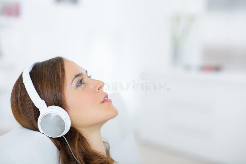Femme de sourire avec des écouteurs images libres de droits