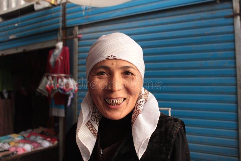 Femme de sourire avec des dents d'or photo libre de droits