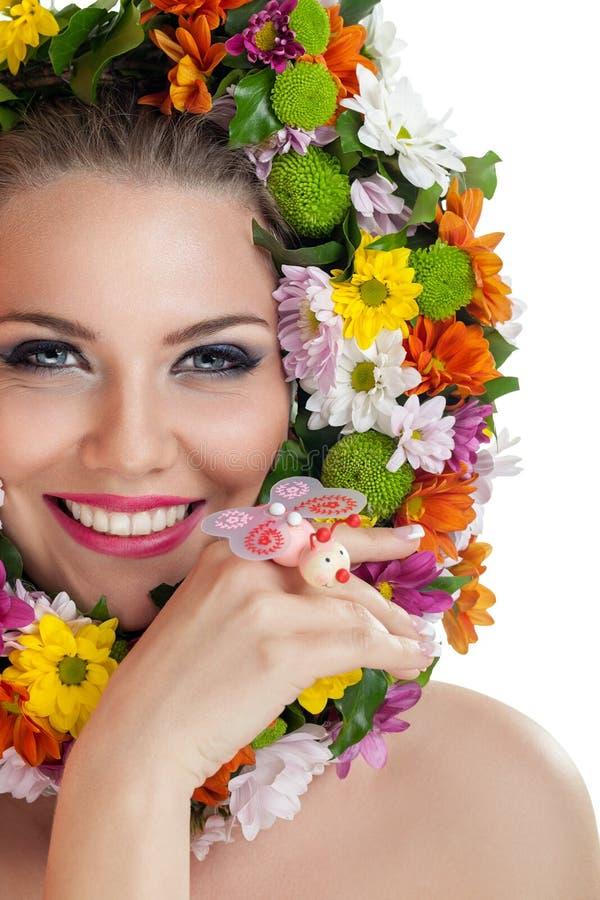 Femme de sourire avec des fleurs image libre de droits