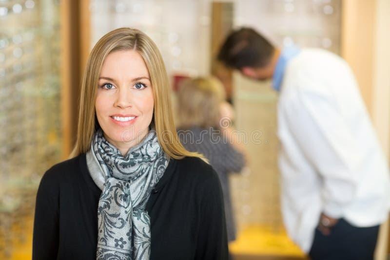 Femme de sourire avec l'optométriste And Son In photo stock