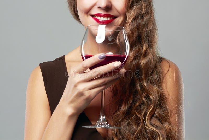 Femme de sourire avec la glace de vin images libres de droits