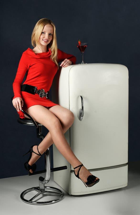 Femme de sourire avec le cocktail de jus photos libres de droits
