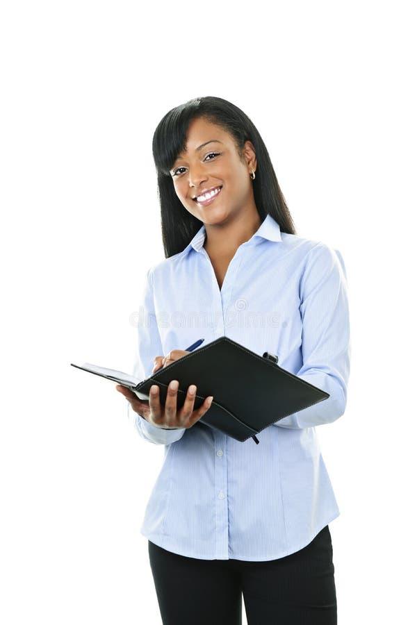 Femme de sourire avec le dépliant en cuir de portefeuille photographie stock