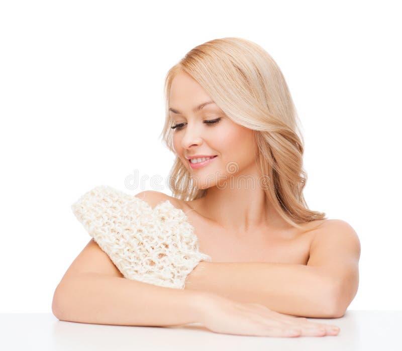 Femme de sourire avec le gant d'exfoliation photographie stock
