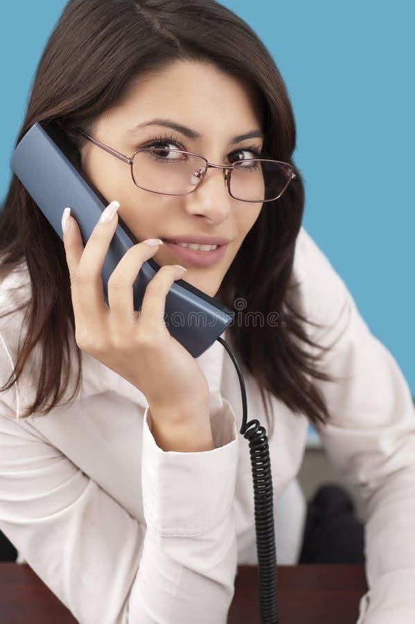 Femme de sourire avec le téléphone image libre de droits