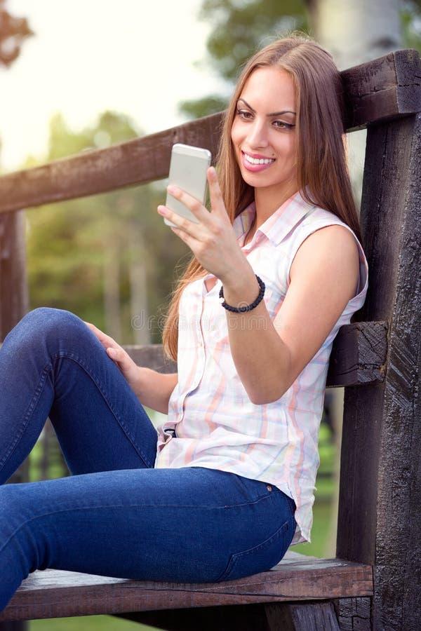 Femme de sourire avec le téléphone portable image libre de droits