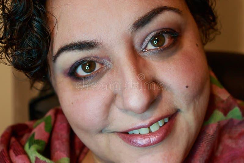 Femme de sourire avec les cheveux courts photo libre de droits