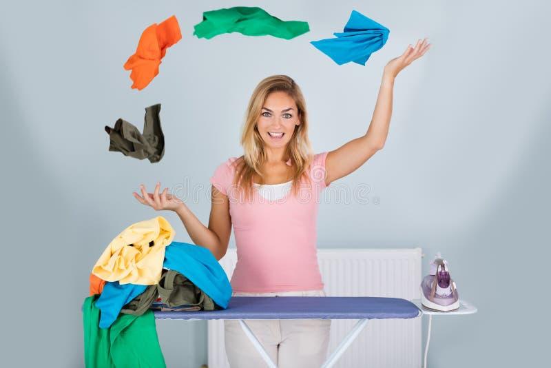 Femme de sourire avec les vêtements de jonglerie photo stock