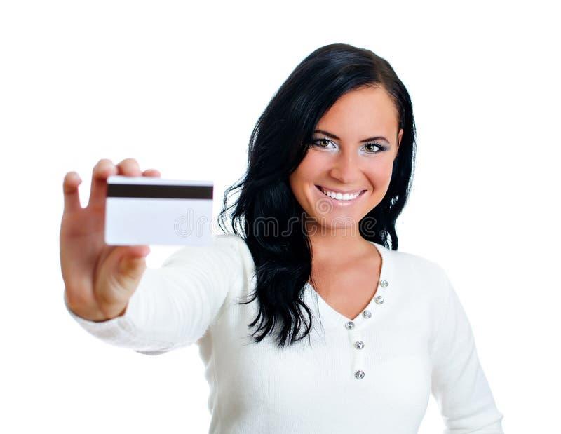 Femme de sourire avec par la carte de crédit. photographie stock libre de droits
