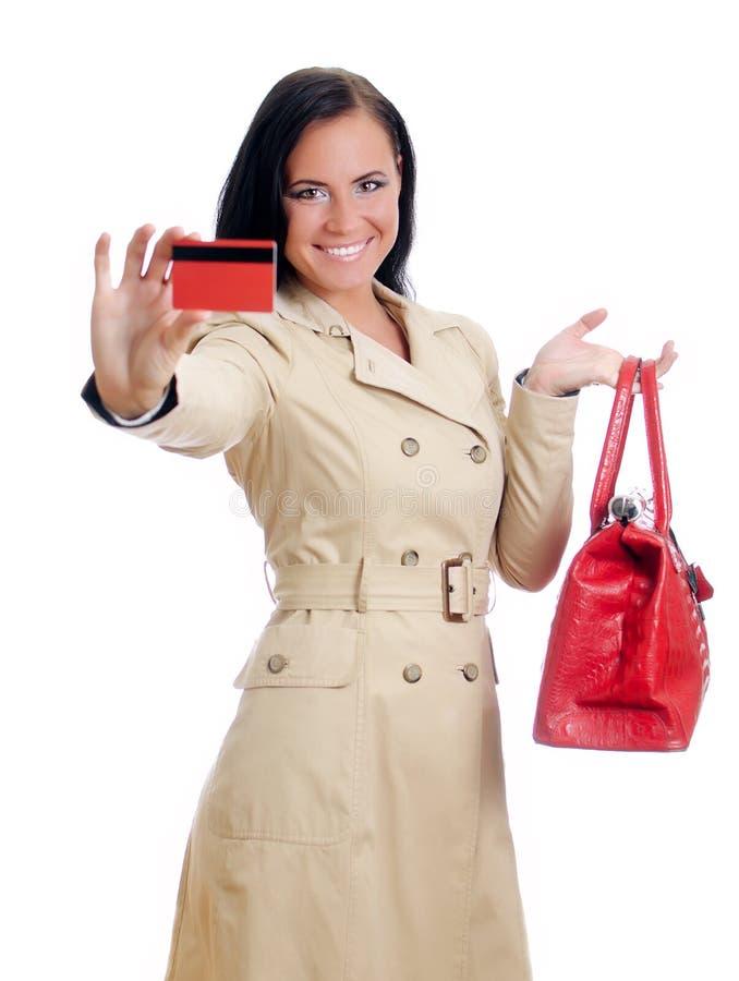 Femme de sourire avec par la carte de crédit rouge images libres de droits