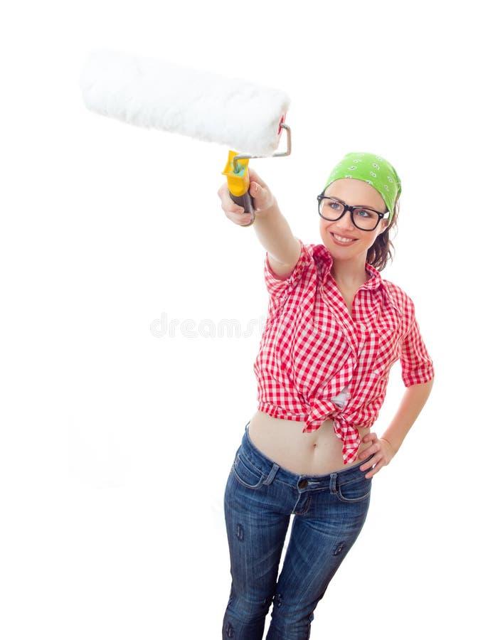 Femme de sourire avec un rouleau de peinture images libres de droits