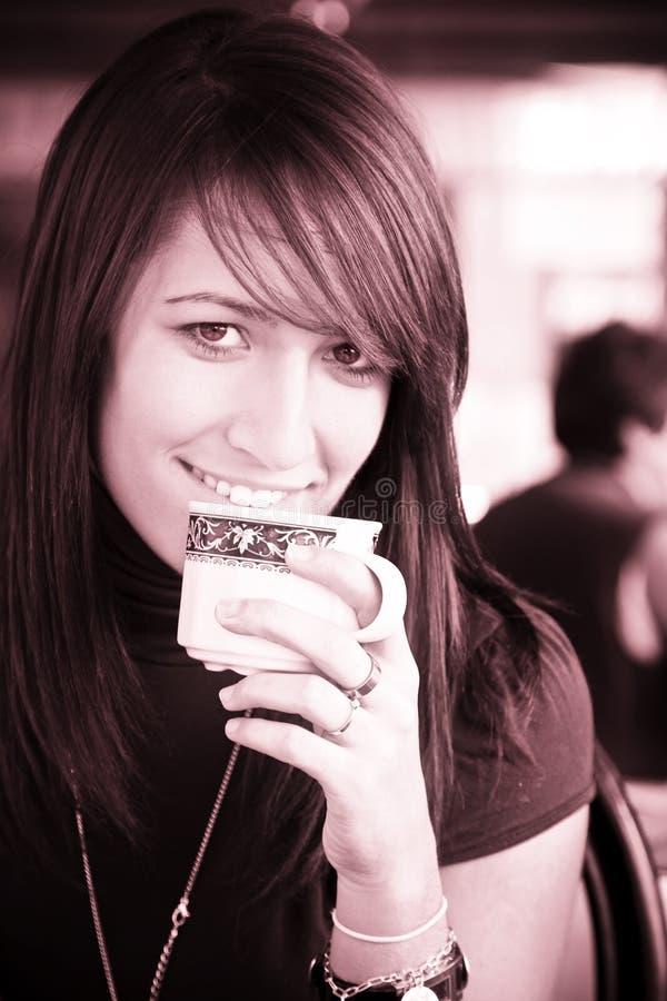 Femme de sourire avec une cuvette de café photographie stock libre de droits