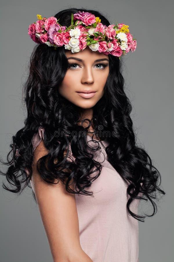 Femme de sourire de brune avec la coiffure photos stock