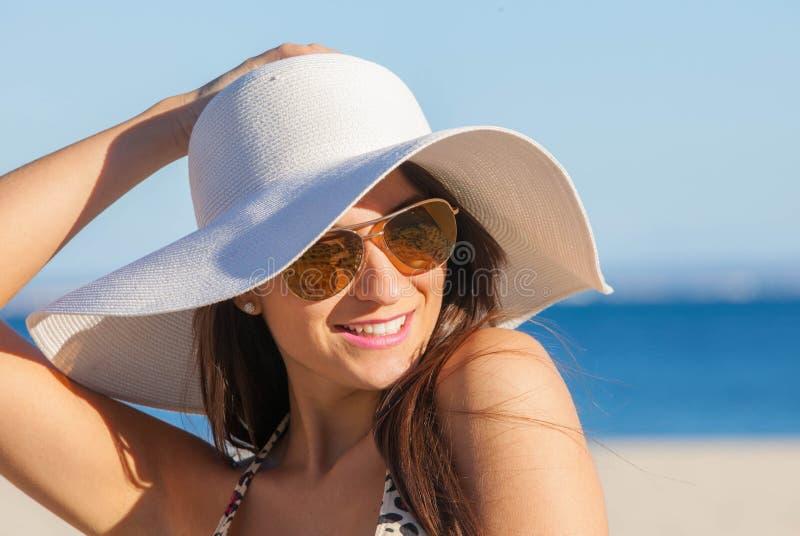 Femme de sourire d'été avec les lunettes de soleil et le chapeau souple photos libres de droits