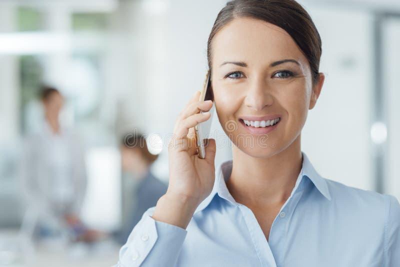 Femme de sourire d'affaires au téléphone photos libres de droits