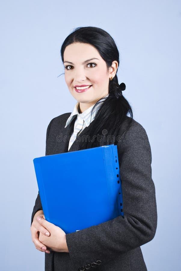 Femme de sourire d'affaires avec le dépliant images stock