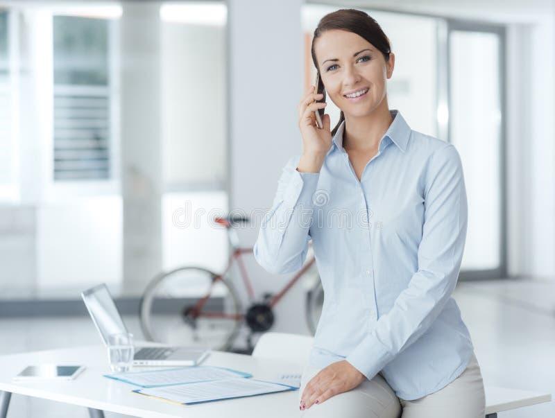 Femme de sourire d'affaires ayant un appel téléphonique images libres de droits