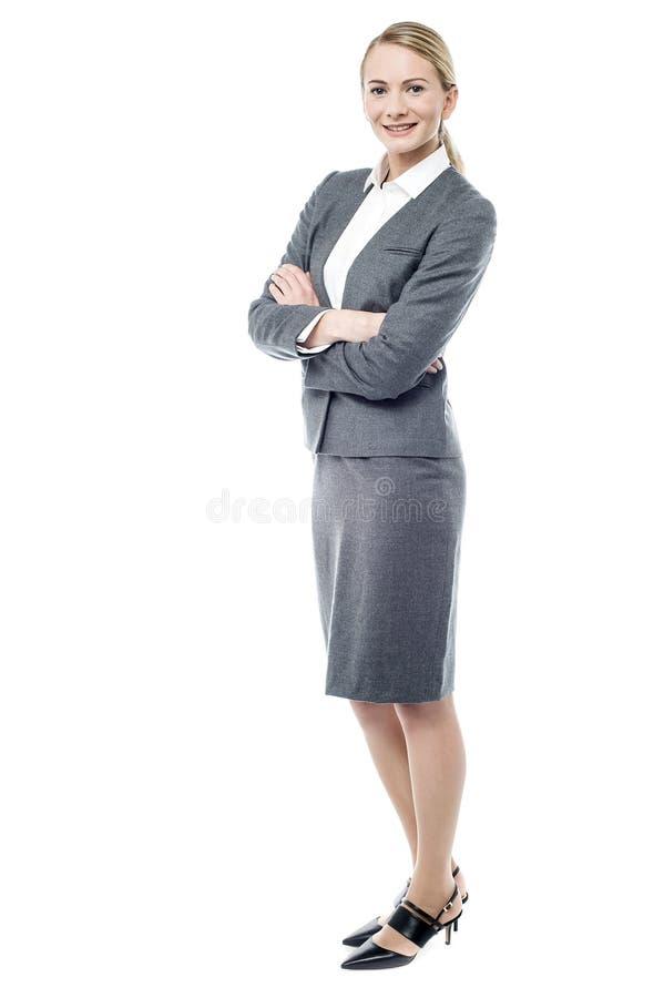 Femme de sourire d'affaires, bras pliés photographie stock libre de droits