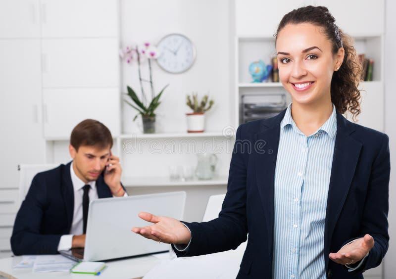 Download Femme De Sourire D'affaires Dans Le Bureau Image stock - Image du accord, aide: 76082279