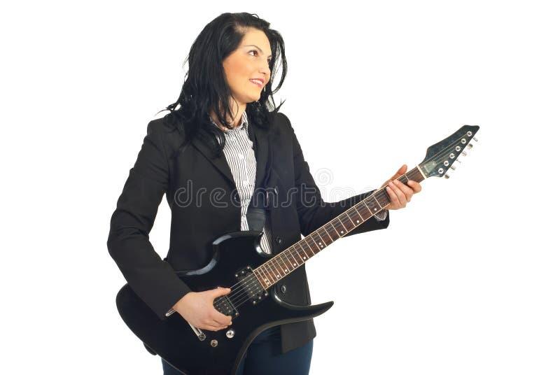 Femme de sourire d'affaires jouant la guitare image libre de droits
