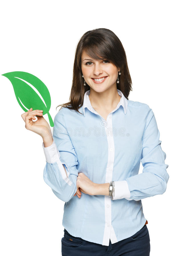 Femme de sourire d'affaires tenant la feuille d'eco image stock