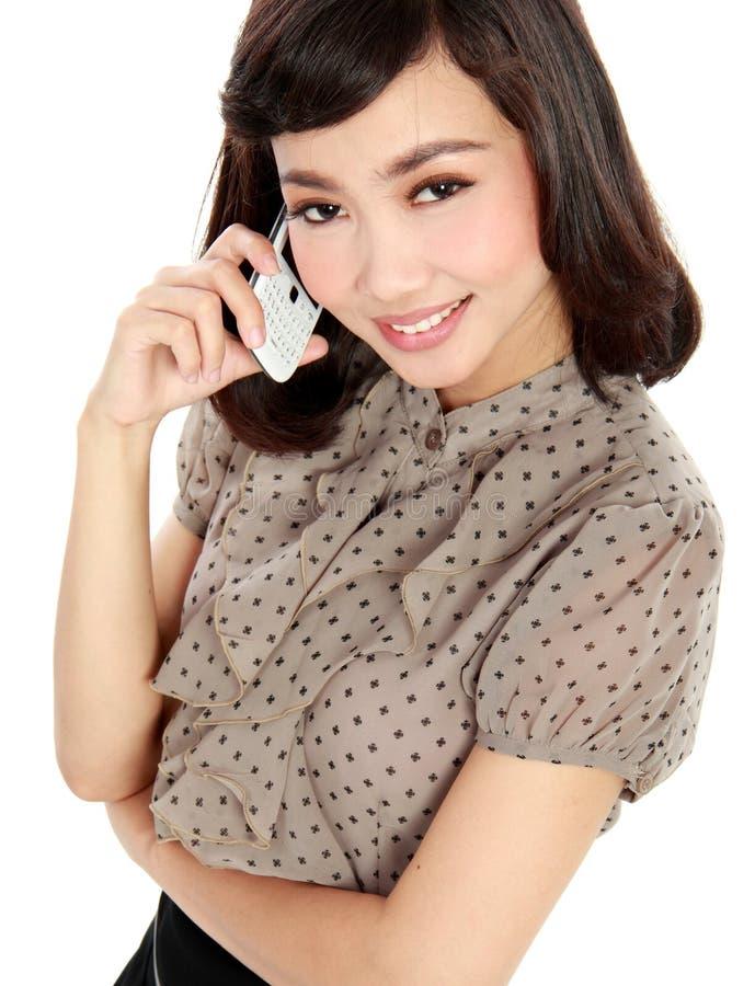 Femme de sourire d'affaires parlant au téléphone images stock