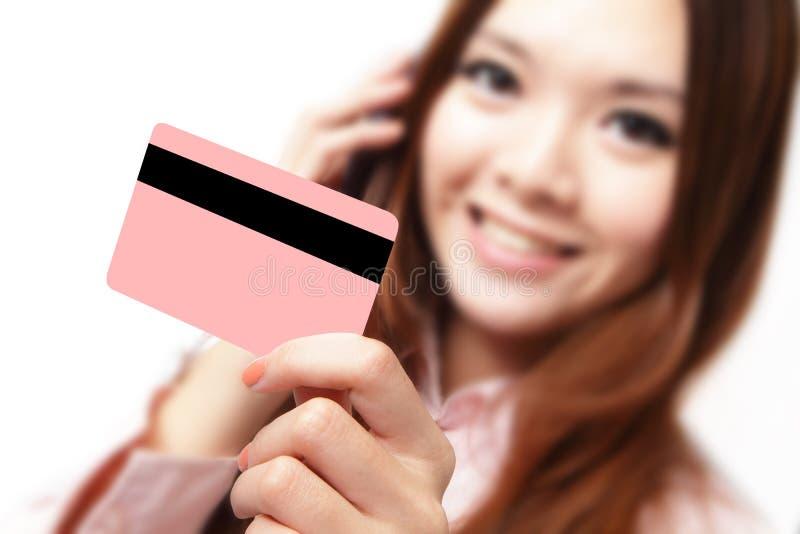 Femme de sourire d'affaires retenant un par la carte de crédit photographie stock