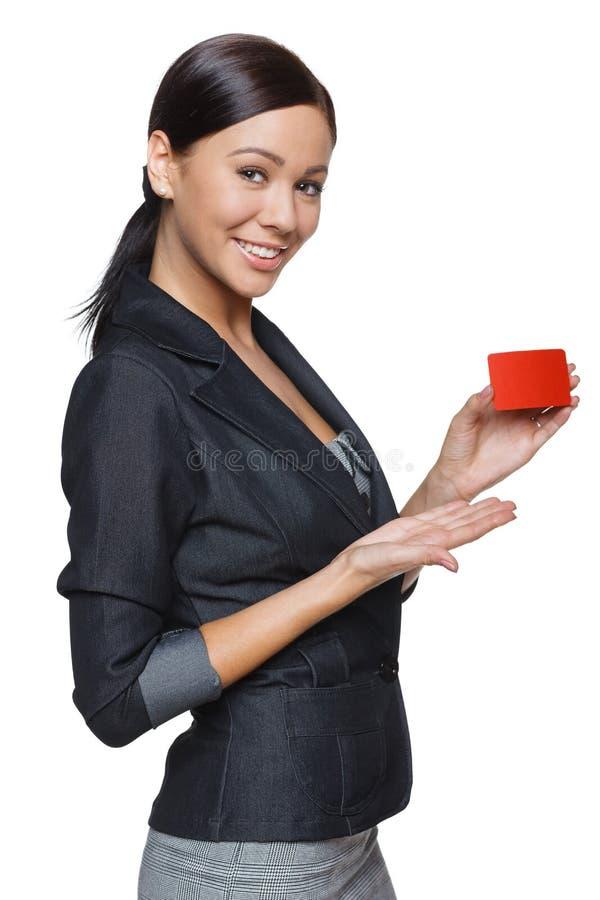 Femme de sourire d'affaires tenant la carte de crédit photo libre de droits