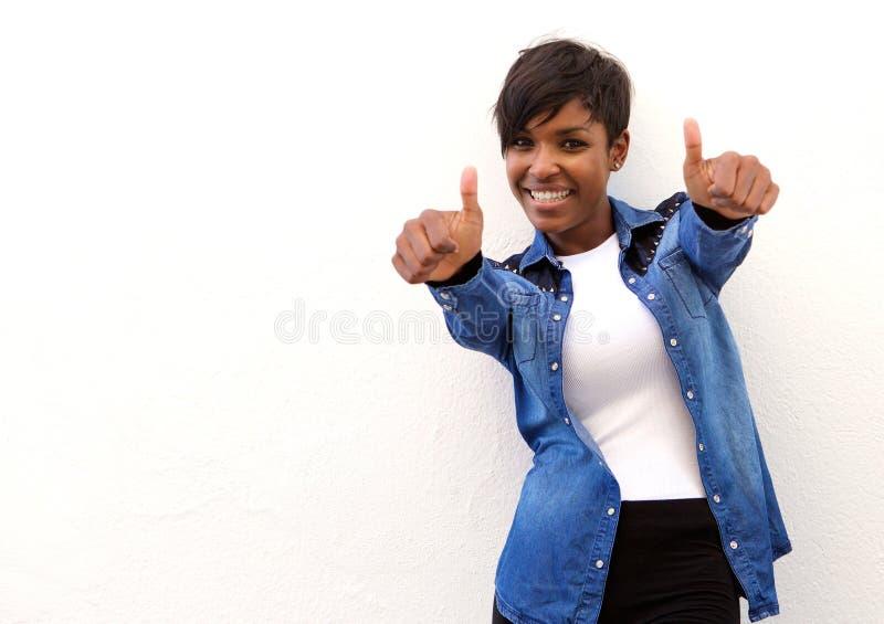 Femme de sourire d'afro-américain avec des pouces  photo stock
