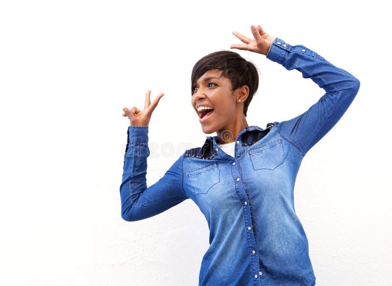 Femme de sourire d'afro-américain avec le geste de main de signe de paix photographie stock
