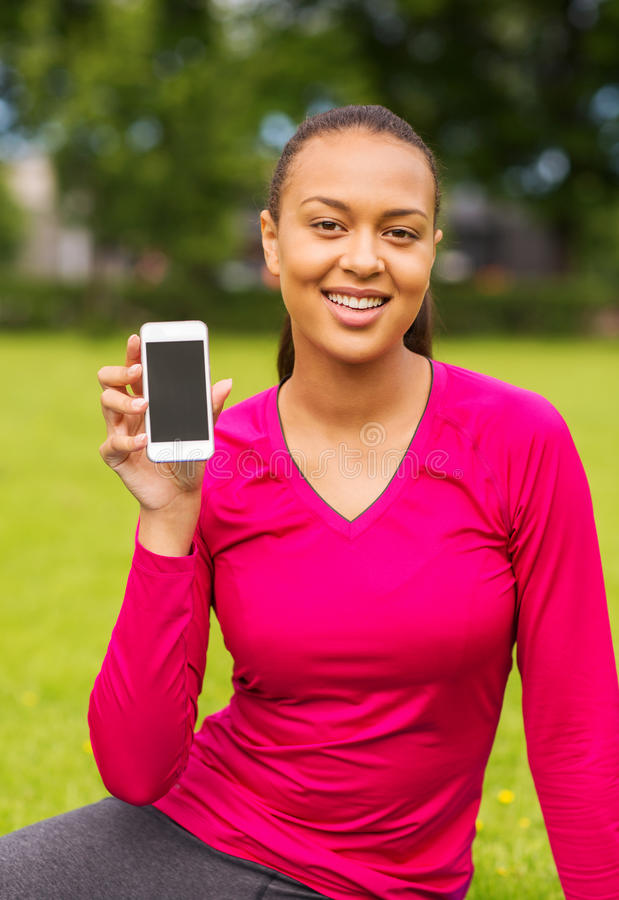 Femme de sourire d'afro-américain avec le smartphone photos libres de droits