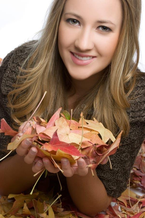 Femme de sourire d'automne image stock