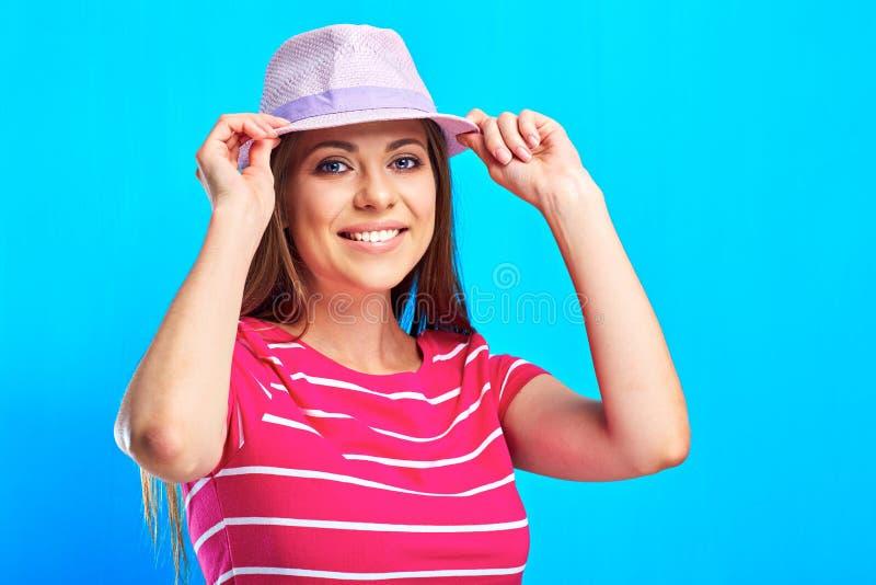 Femme de sourire d'og de portrait se tenant contre le touc bleu de fond image libre de droits