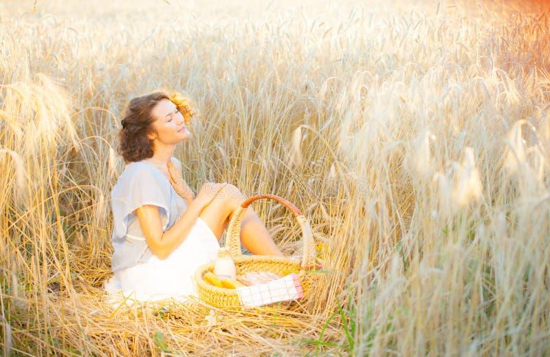 Femme de sourire dans l'habillement lumineux parmi des transitoires à la lumière du soleil de début de la matinée photos stock
