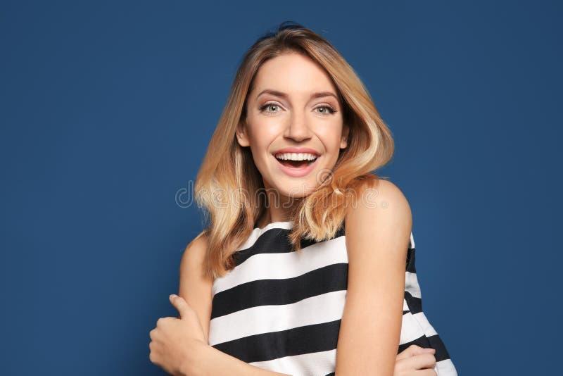 Femme de sourire dans le dessus rayé photographie stock libre de droits